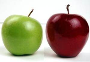 zelené a červené jablko vedle sebe